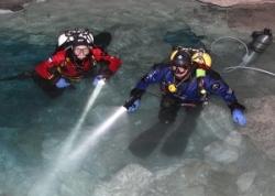 Дайверы с подводными фонарями